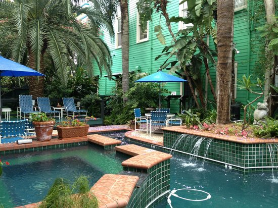 Green House Inn: Salt water pool and hot tub. AMAZING!!