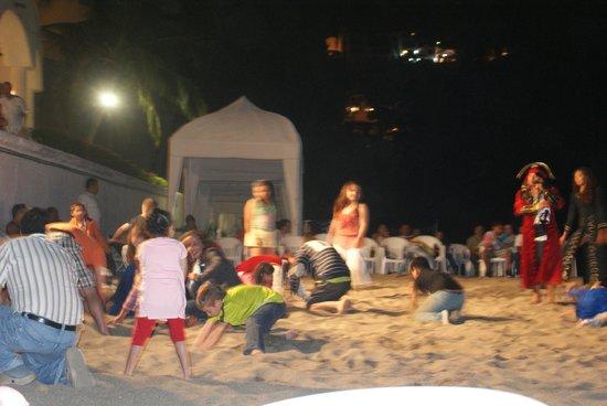Tesoro Manzanillo: Entertainment on the beach