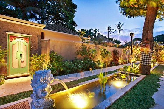 New Pondok Sara Villa: Garden and Pathway
