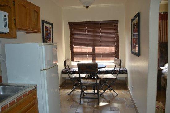 El Cordova Hotel: Kitchen with small table.