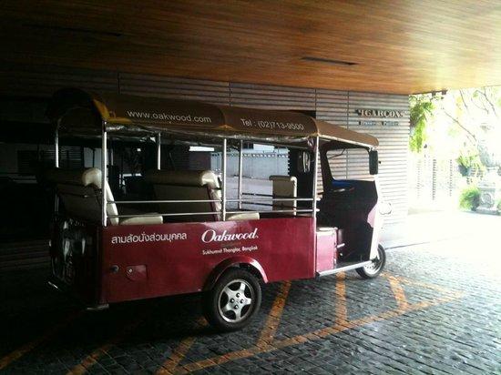 Oakwood Residence Sukhumvit Thonglor : Free Shuttle Tuk Tuk