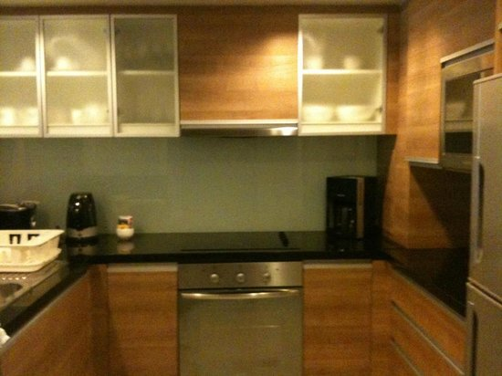 Oakwood Residence Sukhumvit Thonglor: Fully equipped (even has dishwasher!) kitchen