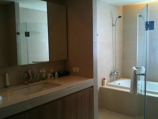 Oakwood Residence Sukhumvit Thonglor: Spacious master bathroom with separate rain shower and bath