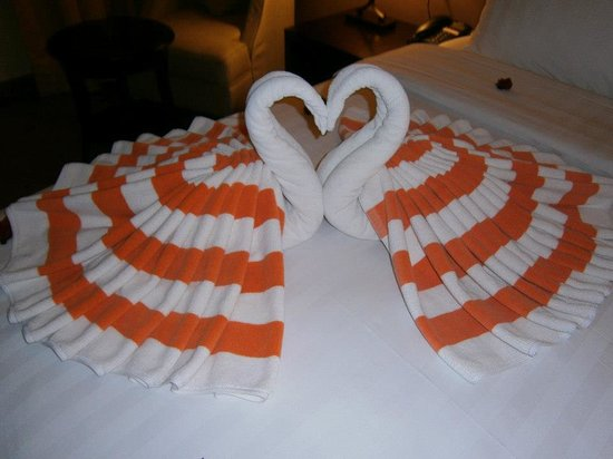100 Sunset Hotel Managed by Eagle Eyes: Lovely swan towels on bed