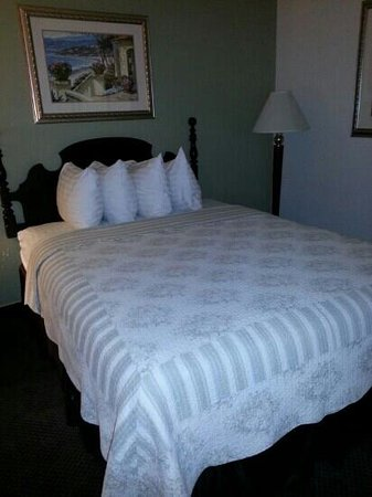 SureStay Plus Hotel by Best Western Gold Beach: Nice quilts and pillows. Room 225