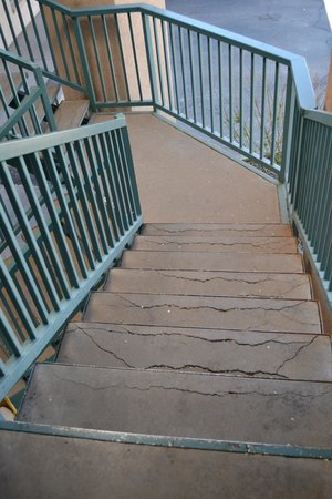 Days Inn Durango: Cracked stairs