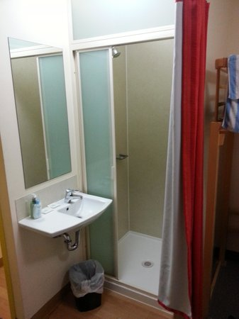 Ibis Budget Melbourne CBD : The bathroom, room 402