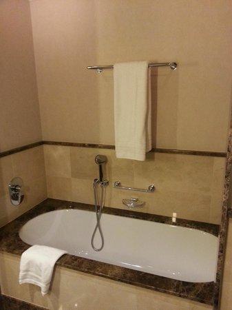 Ameron Parkhotel Euskirchen: Bathroom with bathtub