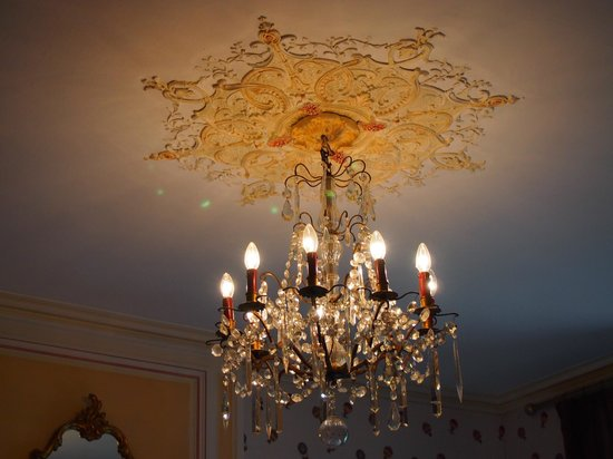 Chateau de la Touche : Detail of elegance in one of the dining rooms