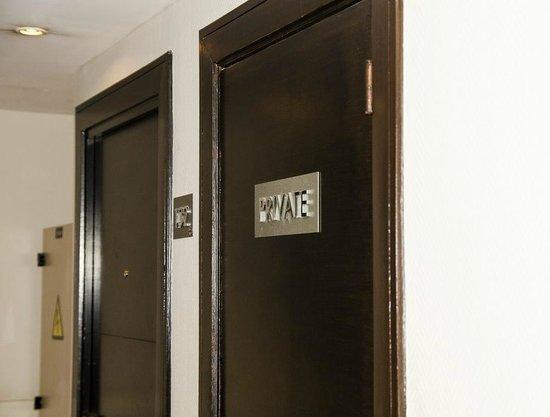 NH Brussels Louise: Cuarto de servicio ruido anexo habitación 133