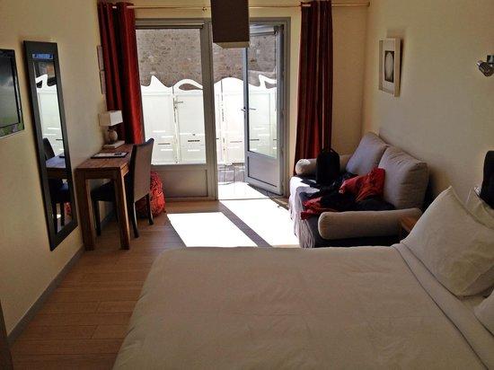 Hotel BelleVue: La chambre et sa mini terrasse privative