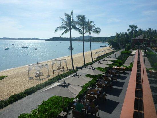 Hansar Samui Resort: Beach from restaurant
