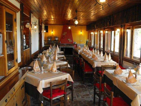 Colle Melosa Ristorante & C.: La sala Ristorante con vista sulla Diga di Tenarda
