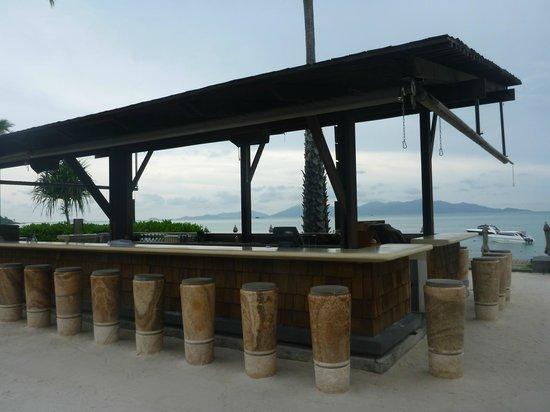 Hansar Samui Resort: Beach bar