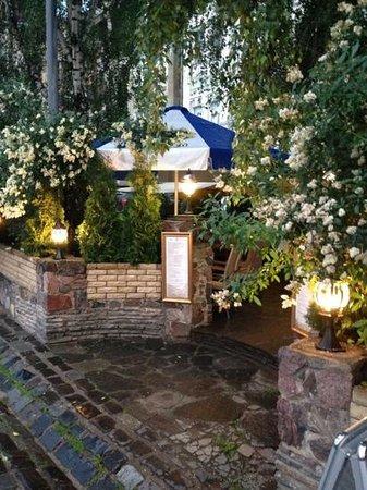 Cafe Champagne : Очень уютная и красивая летняя терраса .