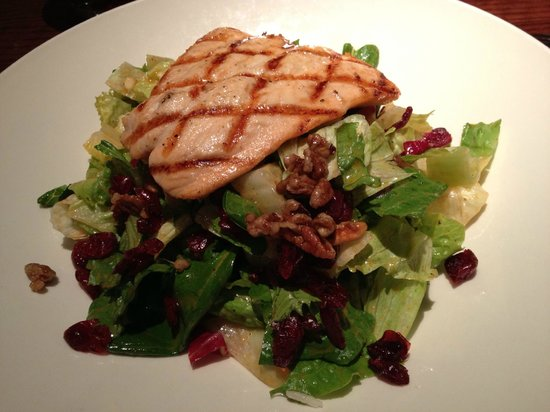 Joe Theismann's Restaurant: Grilled Salmon Salad