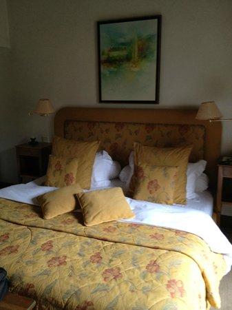 Hotel Abbaye de Talloires : Lit un peu rustique