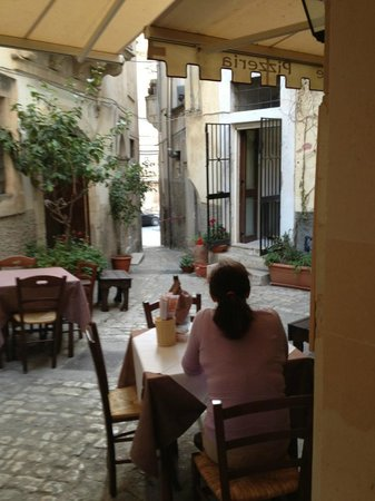 Amici Miei Pizzeria: A view to the street
