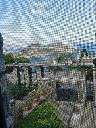 Torre Michelangelo : Isola Bella, vista da una delle grandi finestre che illuminano la camera da letto matrimoniale