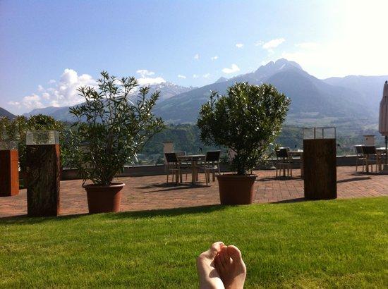 Hotel Residenz Pazeider: in relax nel prato davanti alla piscina coperta