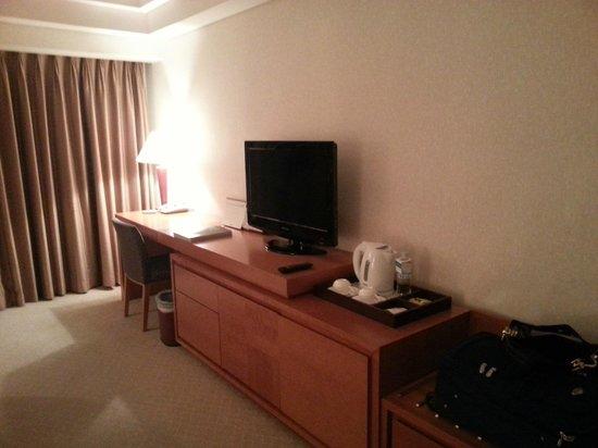 Hotel Hyundai Gyeongju: View of our Double Room (mini-fridge is under the tea station)