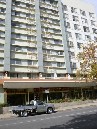 Canberra Waldorf Apartments Hotel : Front of the building