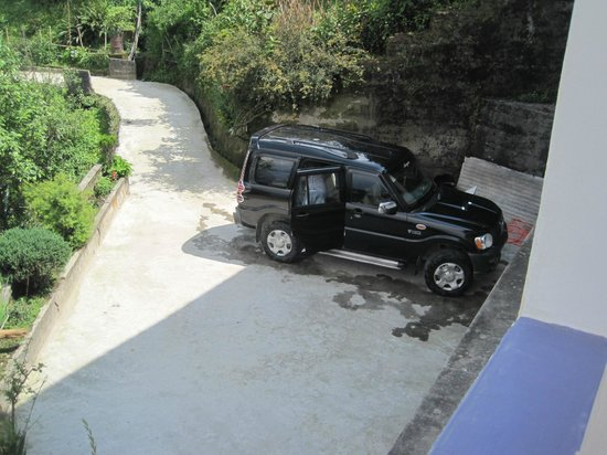 Hotel Blue Hills: The parking space.