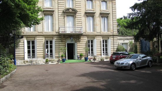 Hotel Chateau des Jacobins: Hotel frontage with secure parking