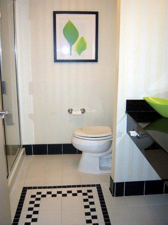 Fairfield Inn & Suites Palm Coast I-95: Nice Decor Huge Shower w/seat