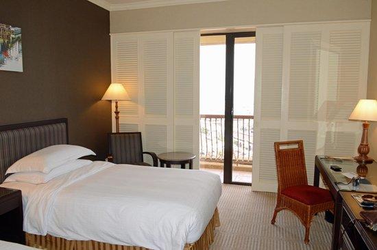 Hotel Equatorial Melaka: In dem Zimmer stehen 2 Betten. Es hat einen kleinen Balkon mit Blick  auf die Stadt