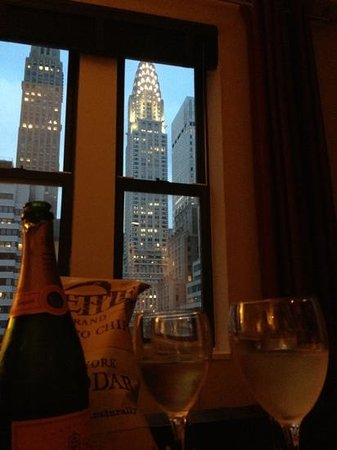 The Court – A St Giles Hotel: Vue sur le Chrysler Building depuis la Junior Suite 1607