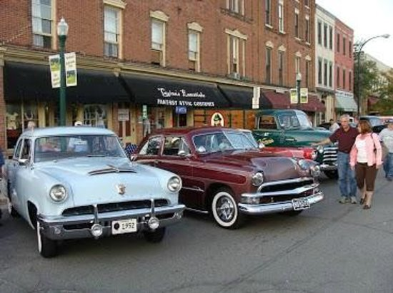 Parish House Inn: Cruise night in Depot Town