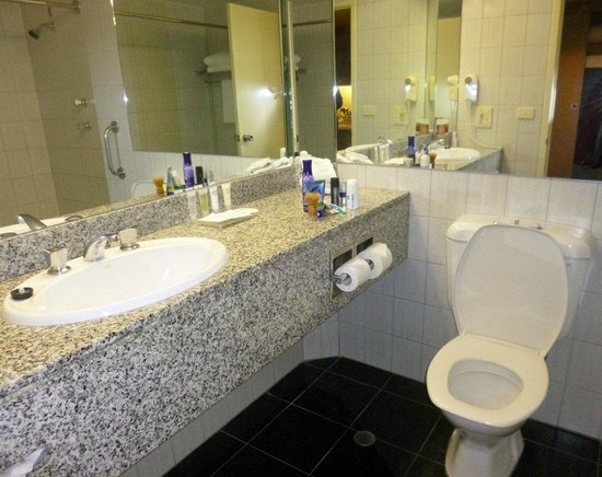 Hotel Grand Chancellor Adelaide on Hindley: Vanity & toilet