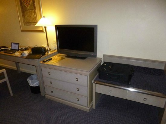 Hotel Grand Chancellor Adelaide on Hindley: TV unit, desk and lamp