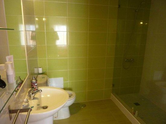 Sagres Natura Surf Camp School & Shop: Big nice private bathroom