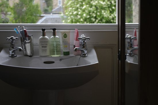 Aonach Mor Guest House: Sink in Singles Room (Not all products come with room)