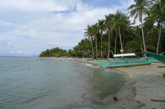 Tuko Beach Resort: The beach of the neighboring small village