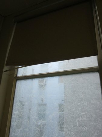 ibis Styles Kingsgate Hotel: broken blind covered in dust
