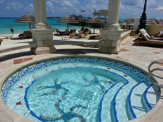 Sandals Royal Bahamian Spa Resort & Offshore Island: Hot tub