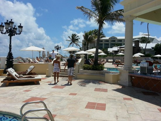 Sandals Royal Bahamian Spa Resort & Offshore Island: Pool and beach area