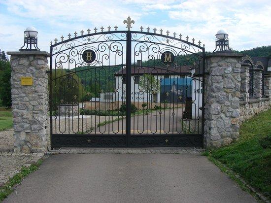 Romantic Hotel Mlyn Karlstejn: Entrence gate