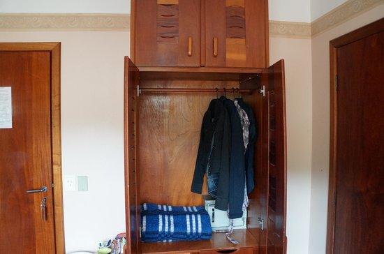 Hotel Aquamarina: Guarda-roupa