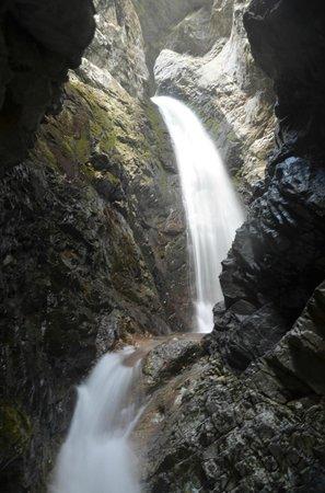 Zapata Falls: Falls inside the cave like area