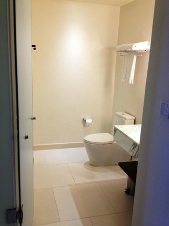 Holiday Inn Express Bangkok Siam: The bath