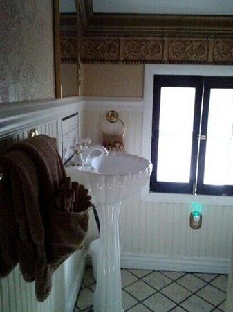 Frisco Lodge: bathroom #2 room