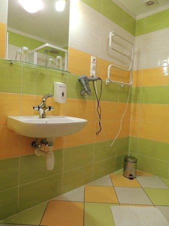 Garni Rambousek: Freundliches, großes Bad mit Dusche