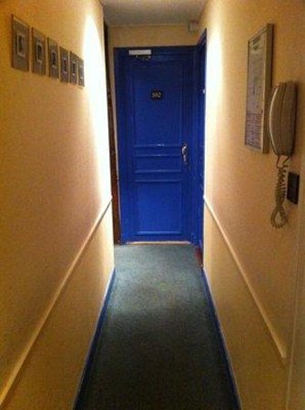 The Lodge du Centre Hotel: super narrow hallways
