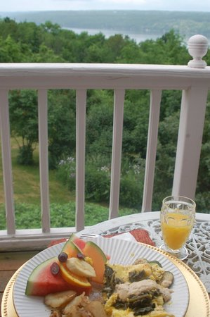 The Lakefront Inn: Delectable breakfast on the deck