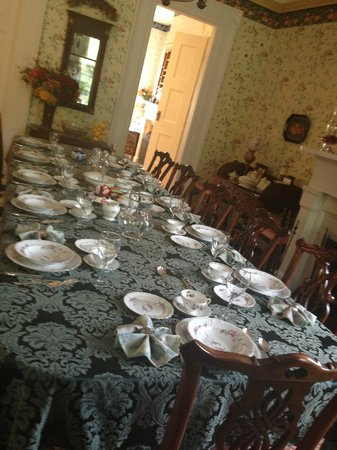 Peach Grove Inn: breakfast set up