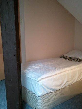 Pension U Lilie: bajada del techo sobre la cama
